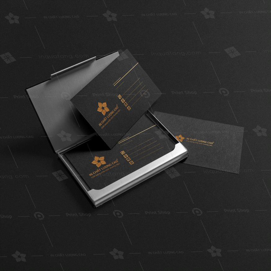 Danh thiếp ép kim ánh vàng trên nền giấy mỹ thuật đen sang trọng.